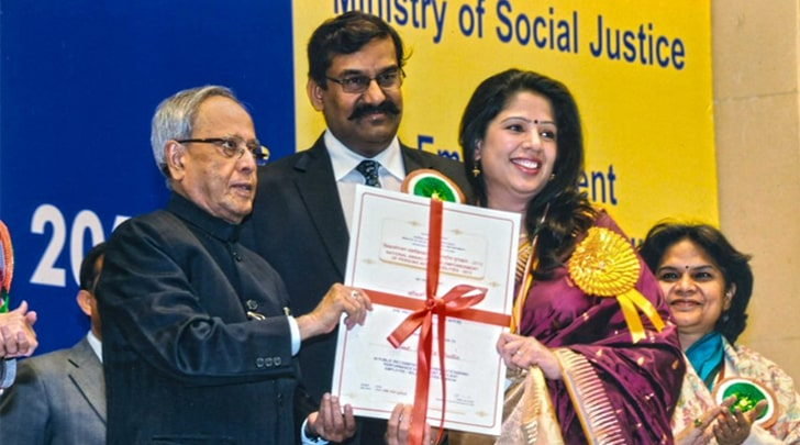 Amita Dutta receiving National Award for Best Self Employed Person with Hearing Impairment